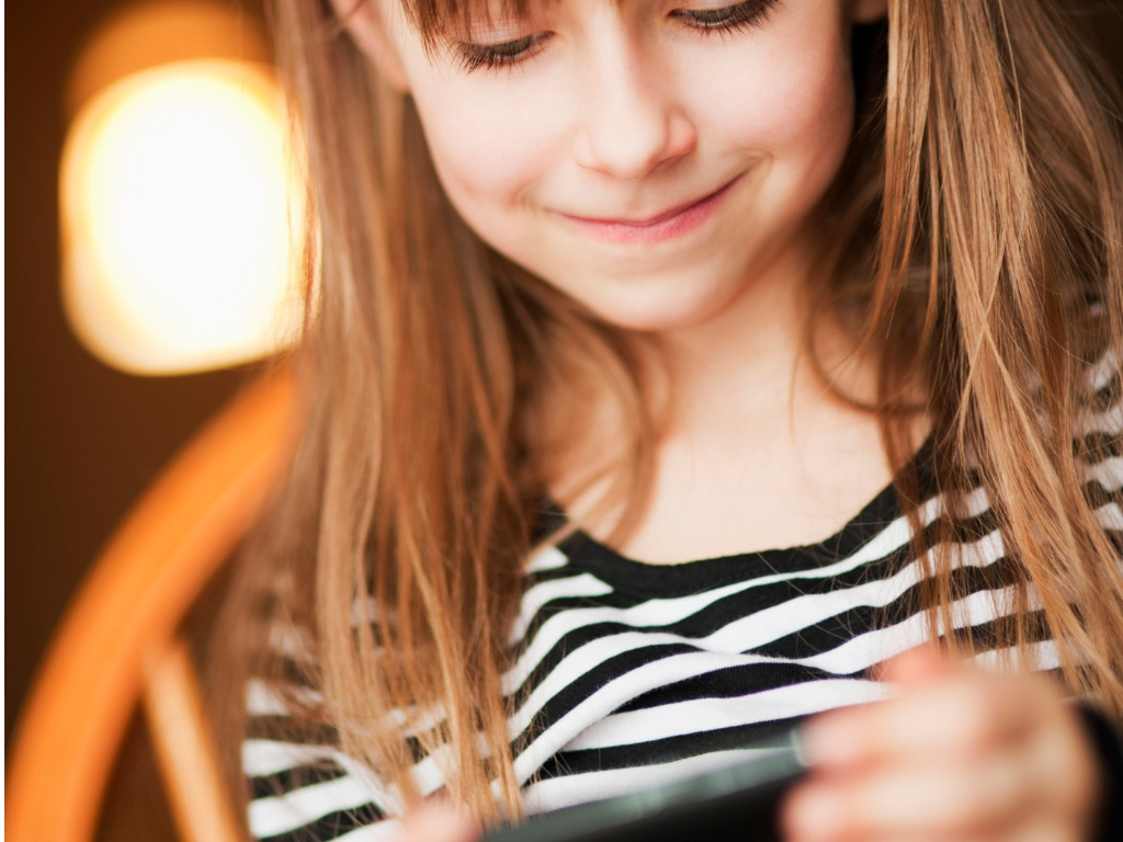 little-girl-playing-with-the-smart-phone