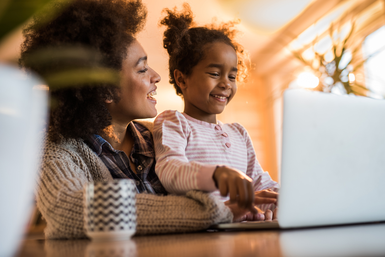 mom with daughter and laptop